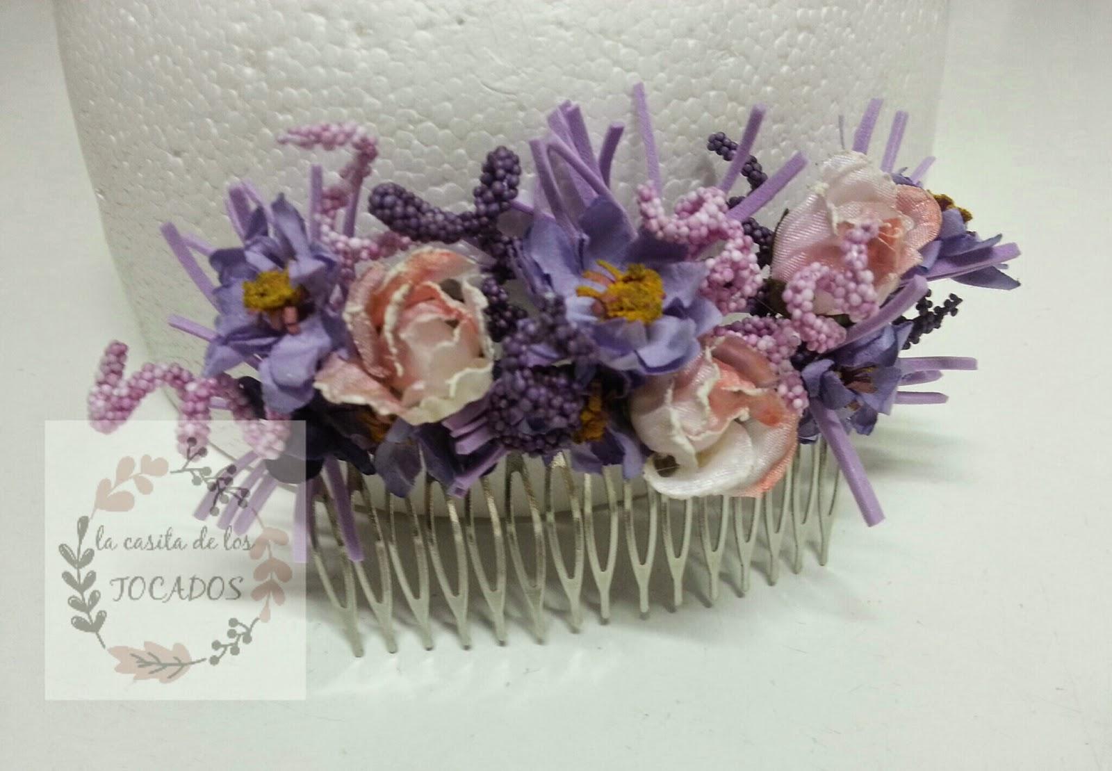 peineta decorada con flores en tonos malva, rosa y morado, con pistilos en espiral y goma eva
