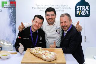 Da sinistra: Duilio Girotto Master Pizzaiolo Campione del Mondo Pizza acrobatica 1999, Massimiliano Esposito, Carlo Baldelli Export Manager Italia ed Estero per Strapizza