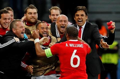 Ashley Williams ăn mừng bàn gỡ 1-1 trong sự phấn khích của đội Xứ Wales