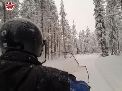 Conduciendo una moto de nieve en Laponia Finlandesa