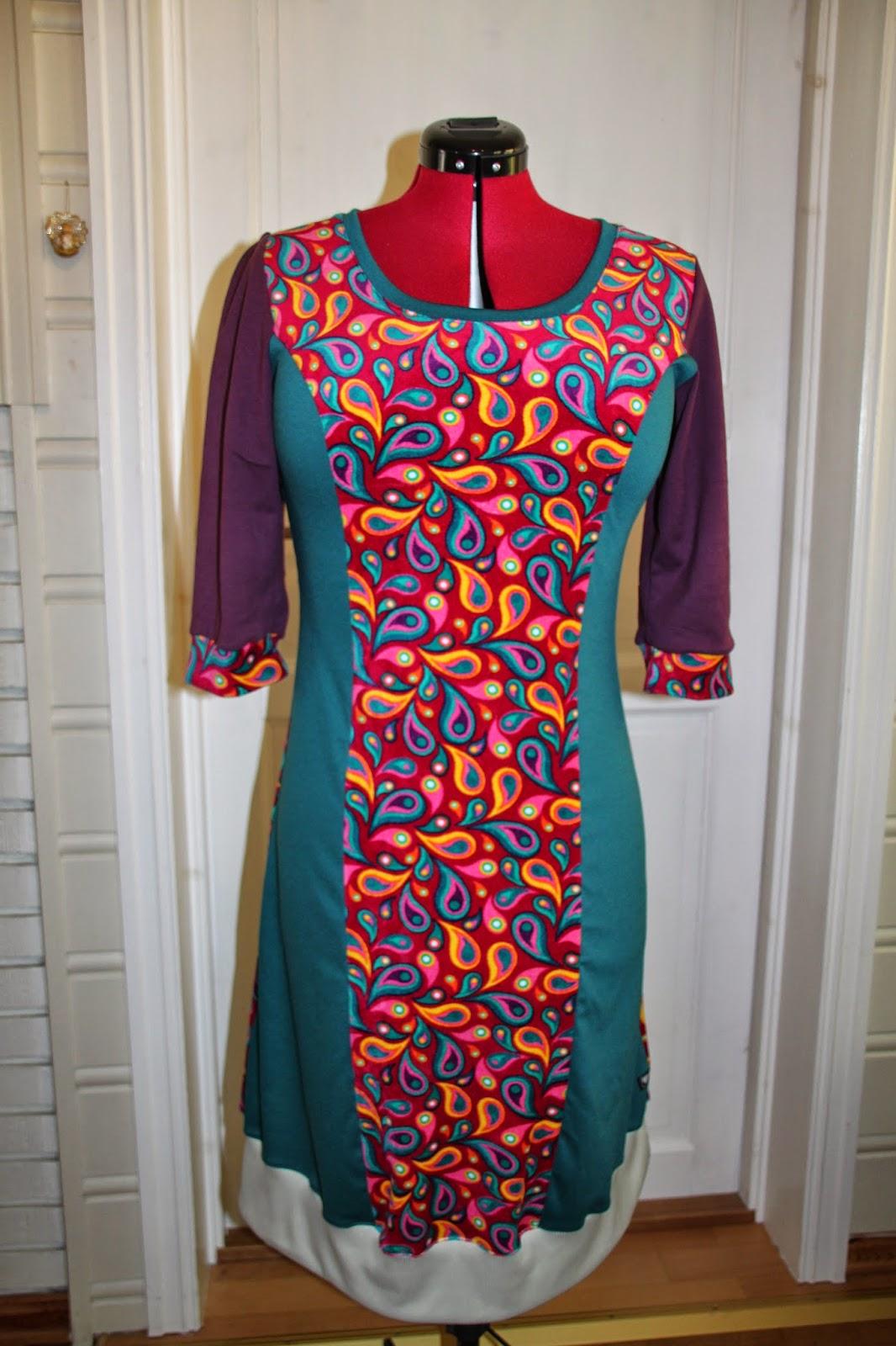 03f4846a Kjole i rosa og grønt m.fl. Str L (42) Lengde: 103 cm. Pris: 899,-
