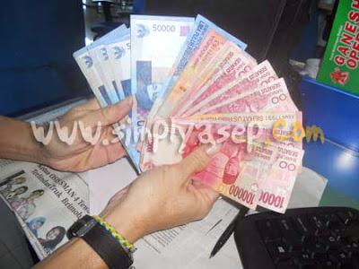 Uang yang banyak ditangan teman saya