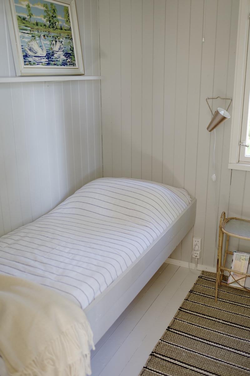Kesämökin vierashuone. Pienen mökin sisustusideoita. Makuuhuoneen pintaremontti.
