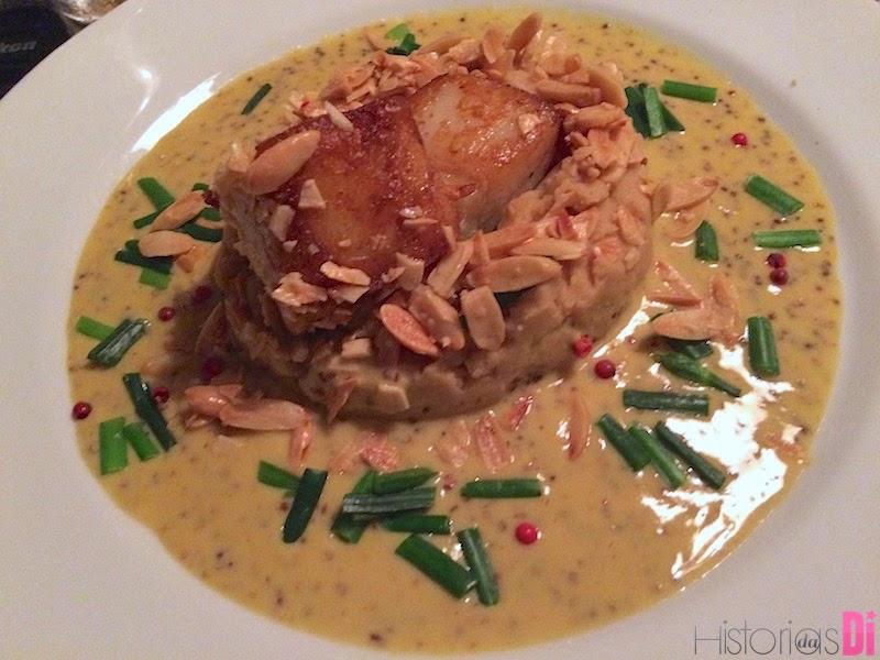 Bacalhau na mostarda servido com grão de bico, nirá e amêndoas