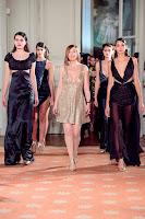 Fátima Lopes ao lado de várias modelos no desfile