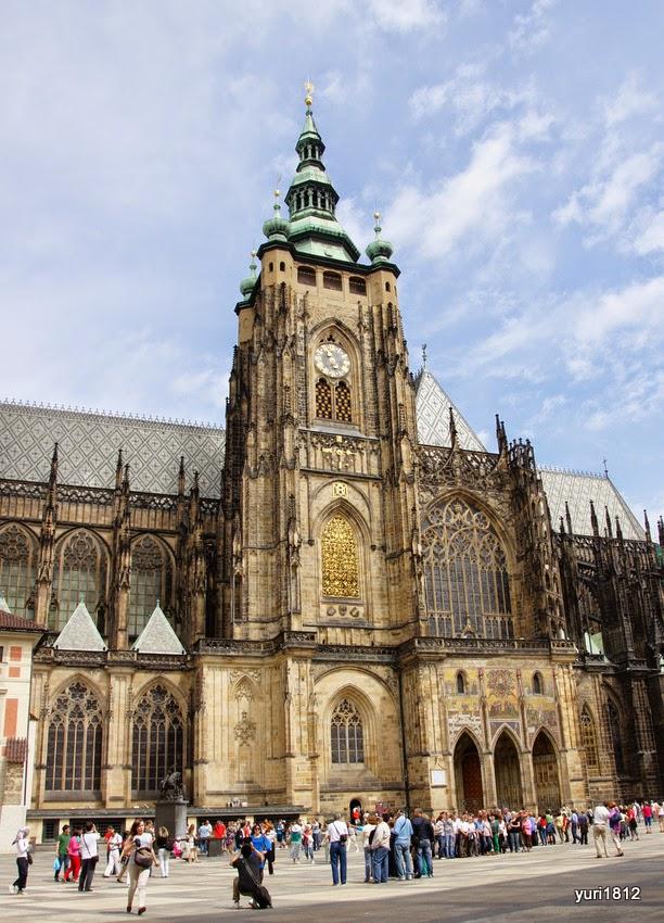 Южная башня собора святого Вита с знаменитыми Золотыми воротами, украшенными  мозаичным изображением Страшного Суда.