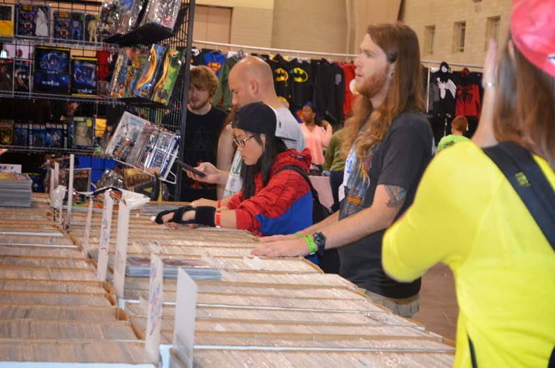 shoppers look for back issues at Wizard World Philadelphia 2014