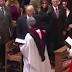 Σάλος με τη χειραψία Τραμπ-Αφροαμερικανού ιερέα που δεν έγινε...ποτέ - ΒΙΝΤΕΟ