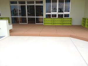 幼稚園の玄関に使用した再生木デッキ材