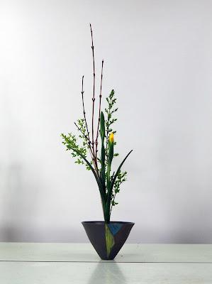 池坊生花正風体三種生け(アイリス、イボタ、オオバウリ)生け花