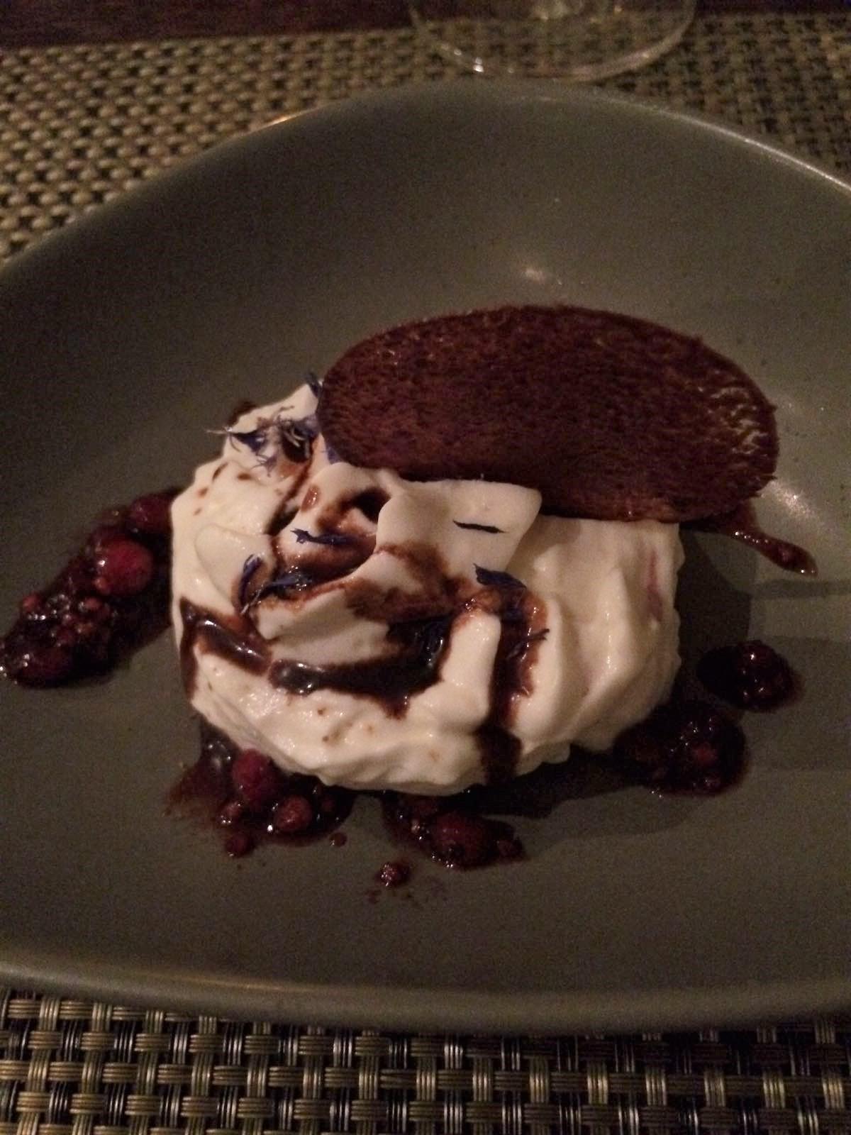 Das Cassiseis Mit Der Ivoire Schokoladenluft War Ein Würdiges Finale Für  Diesen Abend. Altem Essig Im Dessert Begegnet Man In Der Hoch Gastronomie  Ja ...