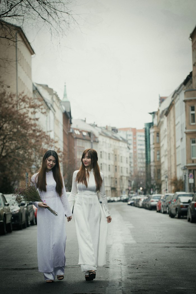 Vietnam girls wears traditional long dress in Berlin