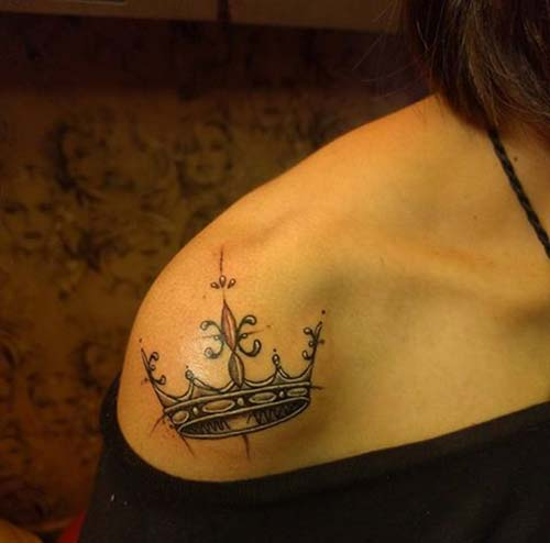 kadın omuz taç dövmesi woman shoulder crown tattoo