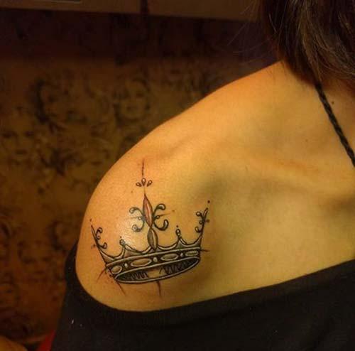 kadın omuz taç dövmesi woman shoulder crown tattoo
