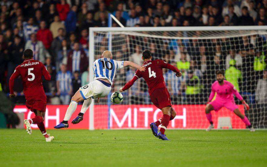 Huddersfield-and-Liverpool-players-compete-for-the-ball