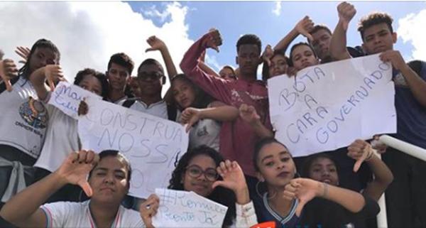 Estudantes do Colégio Rômulo Almeida em SAJ, fazem manifestação em inauguração da Policlínica
