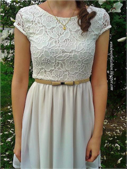 Biała sukienka, pasek z kokardką, złoty medalik, asymetryczny warkocz