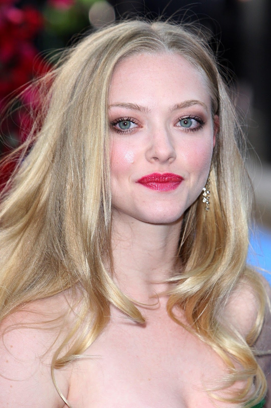 Amanda Seyfried Hot Cleavage Show Off Hq Photos At Mamma -8364