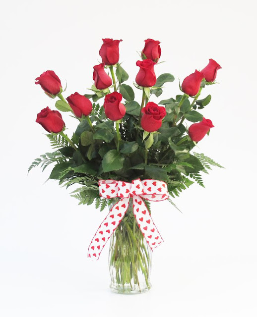 pictures of valentine red rose with green leaf flowers bundle