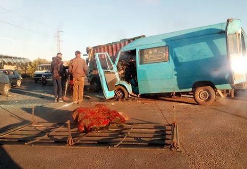 فيديو/ مقتل 3 عمال فلاحيين و إصابة أزيد من 16 شخصاً في حادث سير مفجع بالحاجب !
