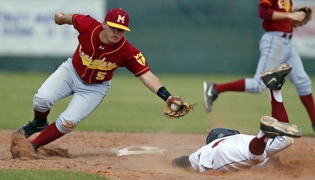 partido de béisbol universitario, robando una base