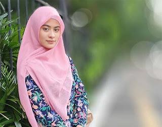 Betari Ayu Pakai Hijab Pink