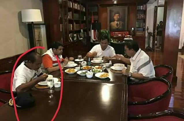 Eko Prabowo lagi makan bareng Prabowo subianto dan juga Fadli Zon.