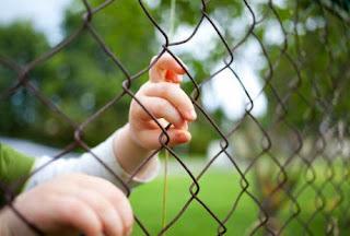Terlalu, Seorang Bocah 5 Tahun Dikurung di Kandang Babi Oleh Ayahnya