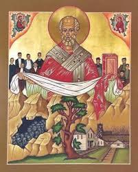 Icono de San Nicolas vestido de obispo con el Evangelio en una mano