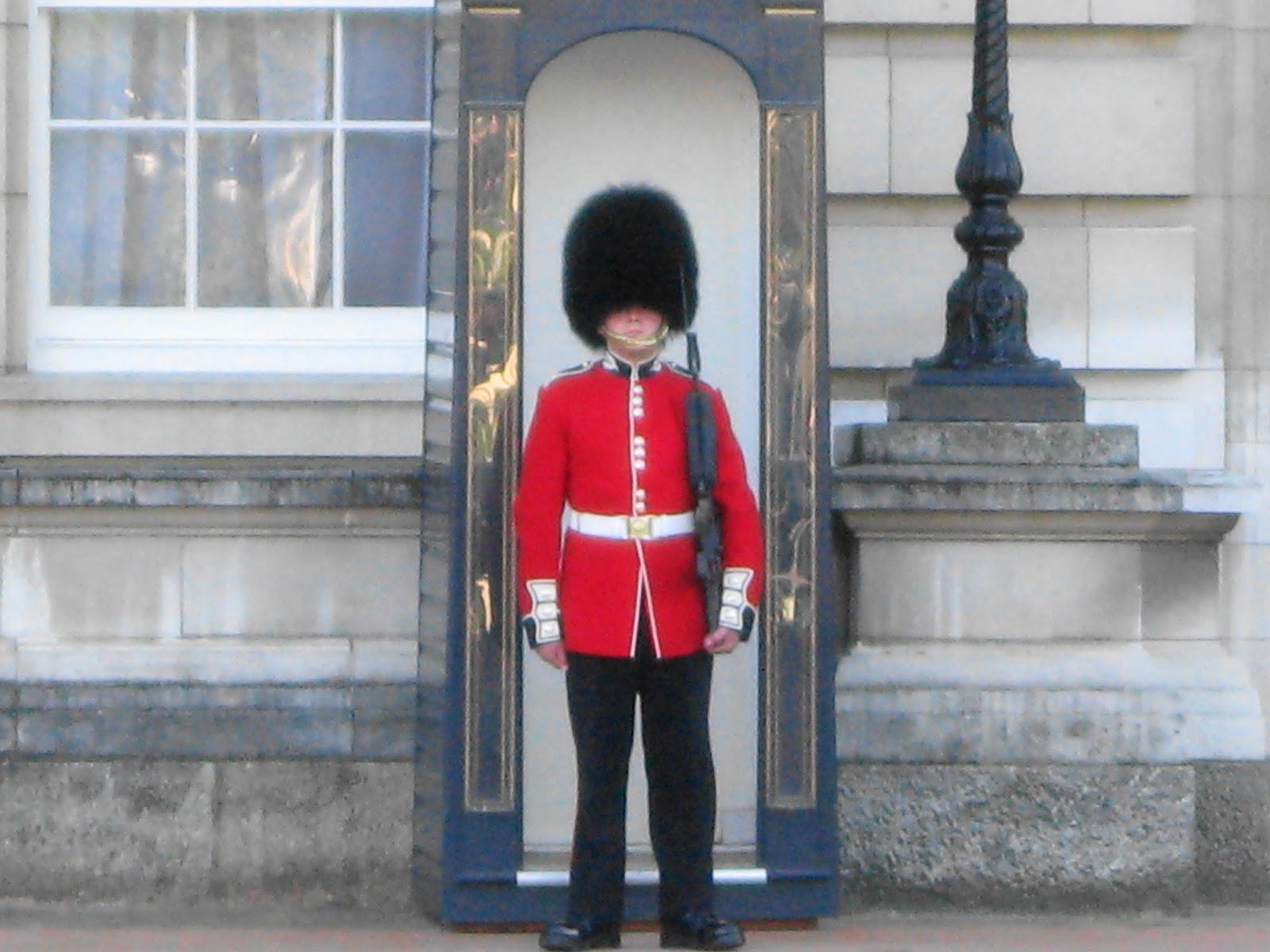 acomes: Halloween Christmas event party Buckingham Palace ... |Buckingham Palace Guards Hats