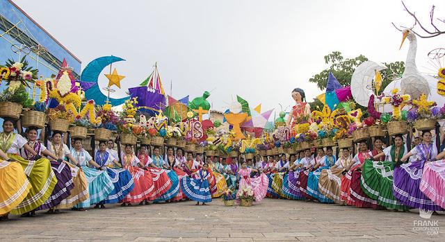 chinas oaxaqueñas en desfile de delegaciones guelaguetza