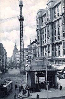 Vista de la Red de San Luis con el templete de acceso a la estación del Metro en primer plano.