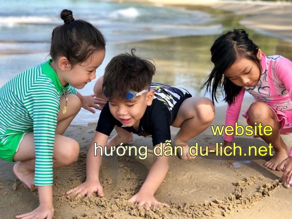 Trẻ nhỏ vui chơi trên bãi biển Phú Quốc