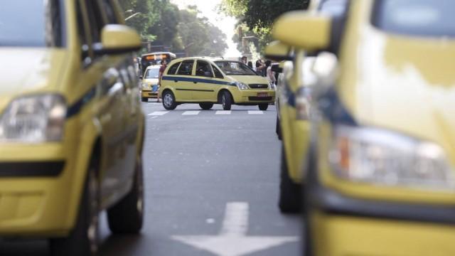 Aplicativo exclui taxista que expulsou casal do carro no carnaval do Rio