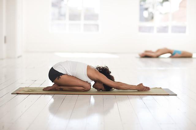 Poses de yoga les plus efficaces que vous puissiez faire à votre bureau