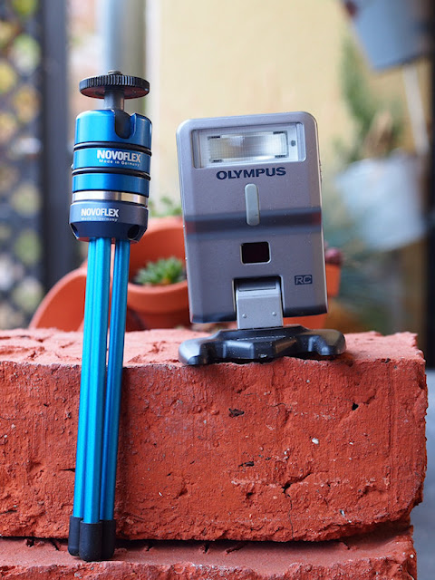 Novoflex Mini Pod und Olympus Blitz