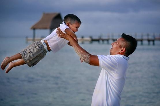 Ayah dan Anak Bermain