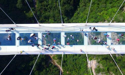 Jembatan Kaca Tertinggi dan Terpanjang di Dunia Resmi Dibuka di China