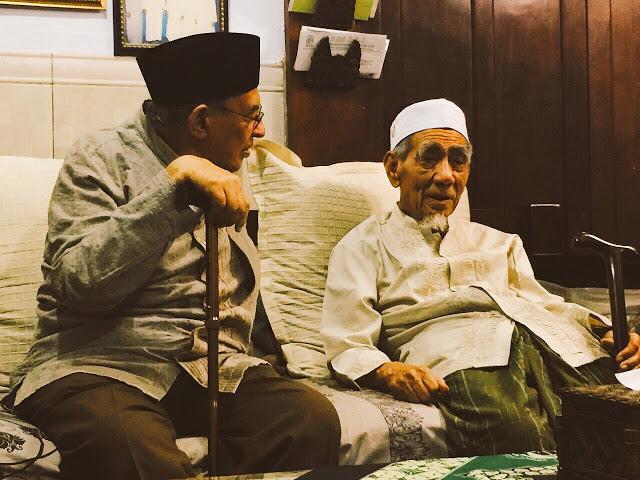 Prof. Dr. Quraish Shihab Sowan Ke KH. Maimoen Zubair