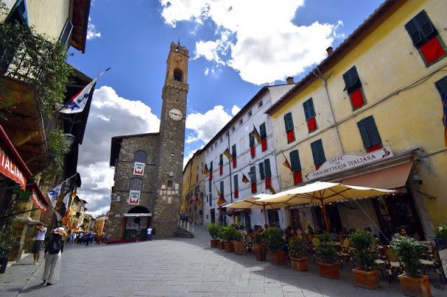 Piazza del Popolo no centro histórico de Montalcino