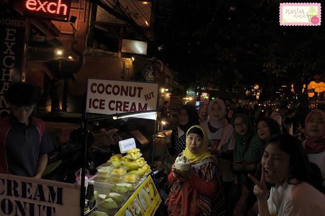 maniak-makan-bangkok-khaosan-road-coconut-ice-cream-es-krim-kelapa