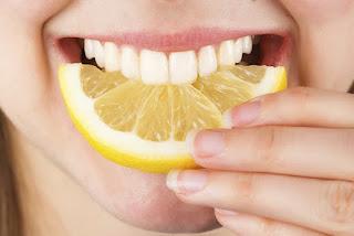 Cara-Memutihkan-Gigi-Dengan-Jeruk-Nipis