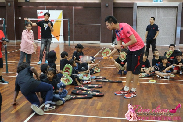 Children of the homes are learning tips and tricks of the sport from badminton star Muhammad Hafiz Hashim during the coaching session.