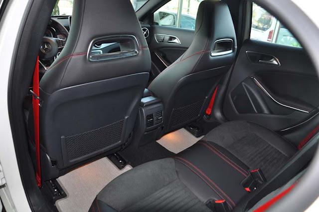 Băng sau Mercedes GLA 250 4MATIC 2017 thiết kế rộng rãi và thoải mái.