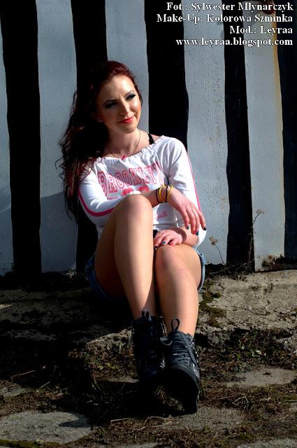 5.03.2017 Szarne Sneakersy na koturnie, biała bluza z różowym nadrukiem, jeansowe szorty, gumowe bransoletki