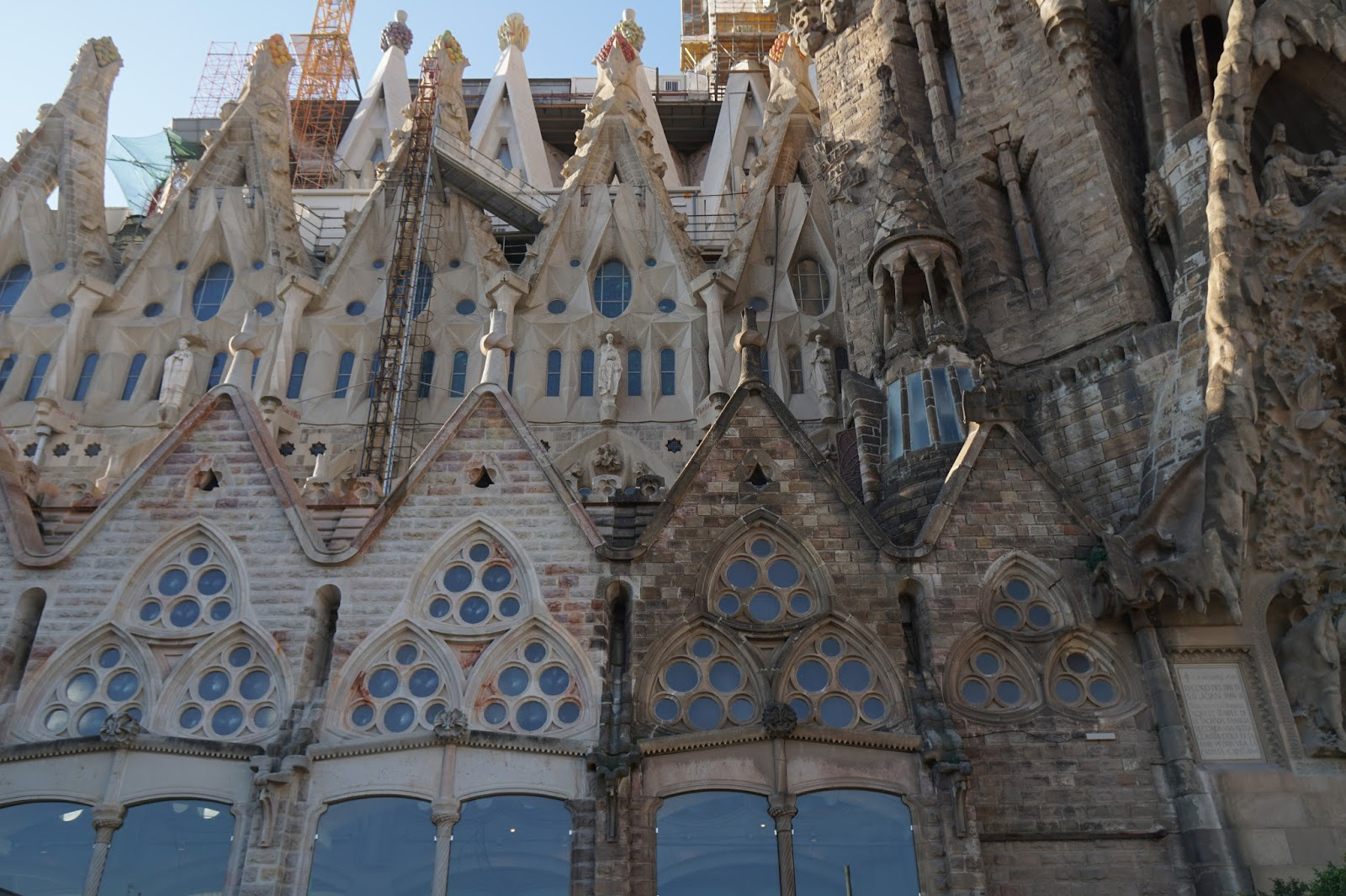 サグラダ・ファミリア (Sagrada Familia) 建設中と修復の同時進行