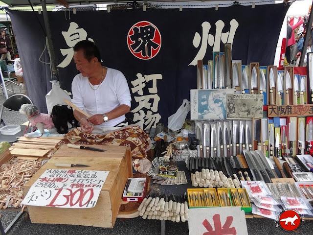Vendeur de couteaux au marché de Toji à Kyoto au Japon