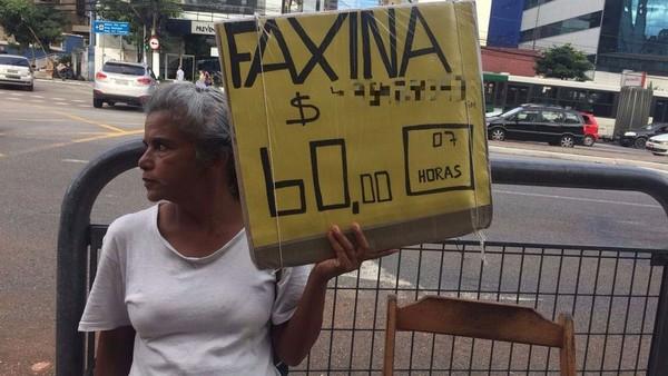 'Fico pensando em leis enquanto limpo privadas': a advogada que virou faxineira em SP