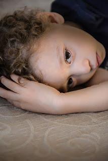 Junge liegt traurig auf dem Boden