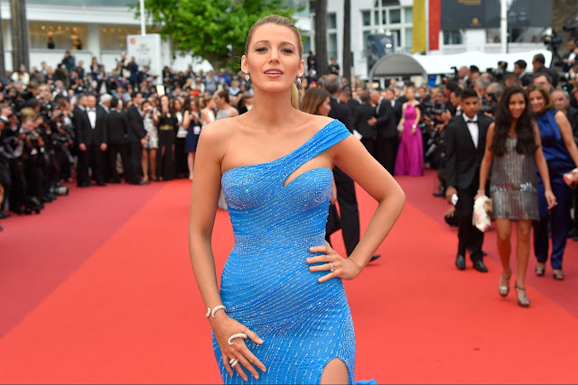 Beautiful and refined style icon, Blake Lively, fascinates to all its output, official or not. It left everyone breathless parading on the Croisette showing the curves of her second pregnancy. Radiant in a china signed Atelier Versace gown studded fasciante blue, a modern princess in the middle between Cinderella and Frozen.
